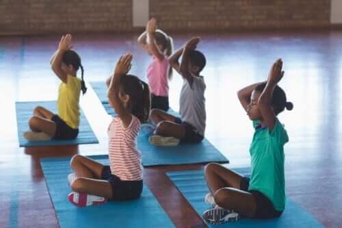 Yoga na sala de aula: dicas e benefícios