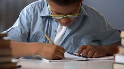 Dislexia infantil: sintomas, causas e tratamento