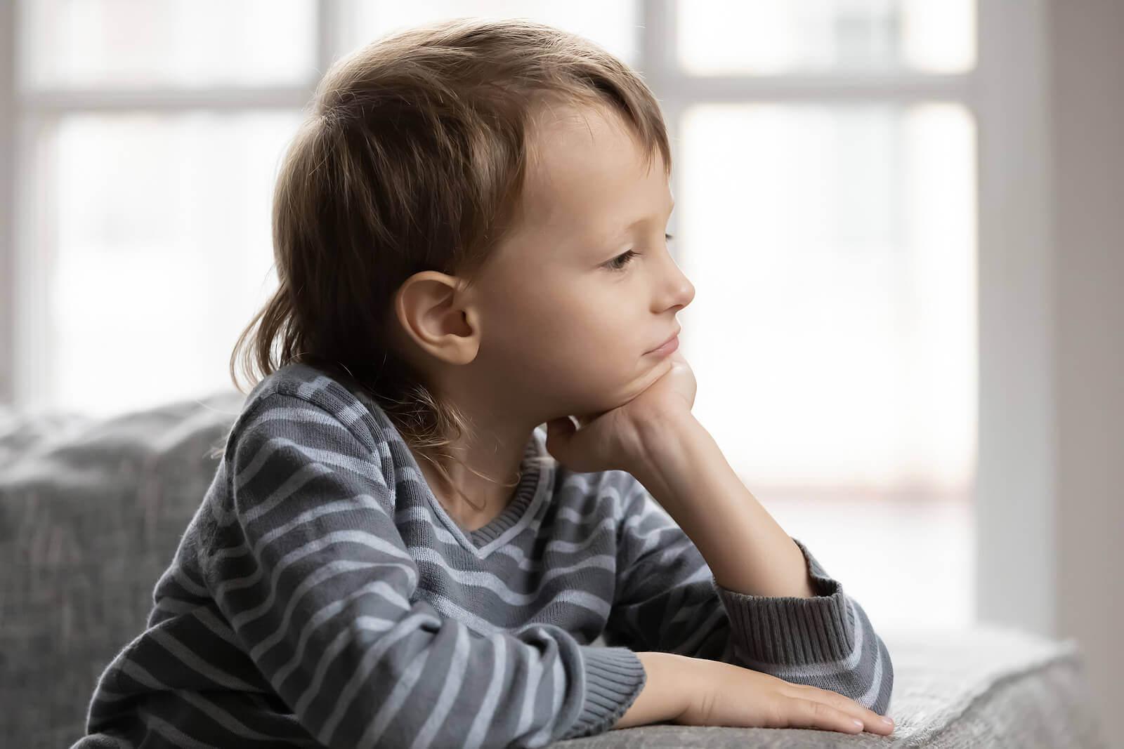 evitar que as crianças busquem a aprovação das outras pessoas