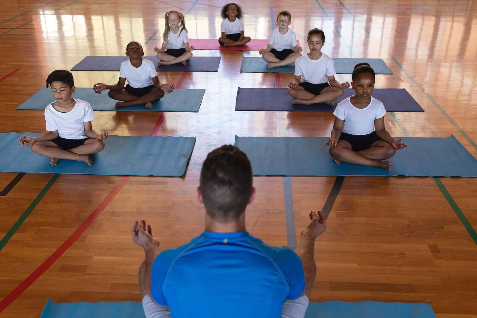 Yoga na sala de aula: chaves e benefícios