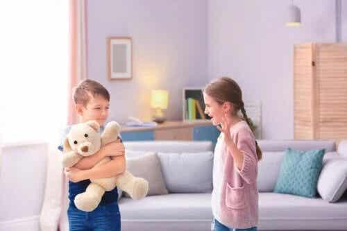 Se os seus filhos brigam o tempo todo, experimente essas ferramentas disciplinares