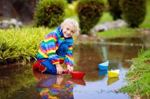 8 benefícios das brincadeiras com água para as crianças