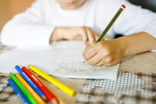Por que é bom que as crianças aprendam a escrever à mão