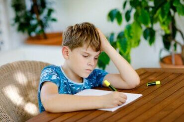 Crianças que não querem fazer a lição de casa: o que fazer?