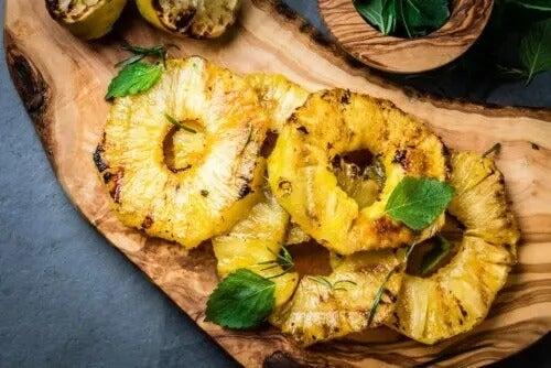 Abacaxi grelhado: uma das receitas com frutas para crianças