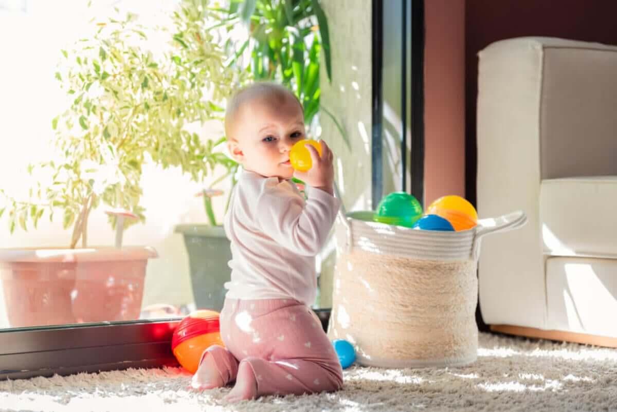 A cesta de tesouros: um jogo para estimular o seu bebê