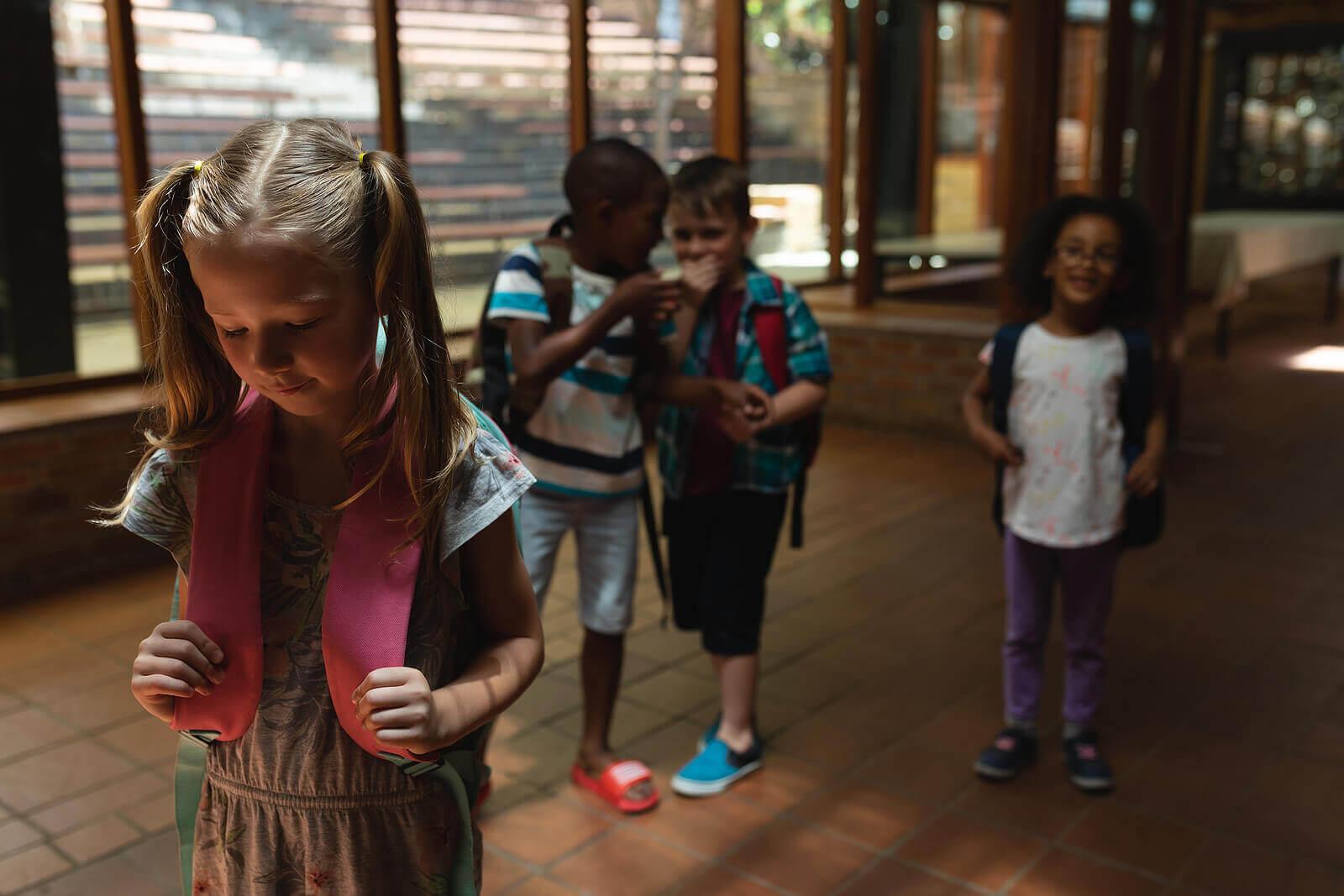 Crianças praticando o bullying