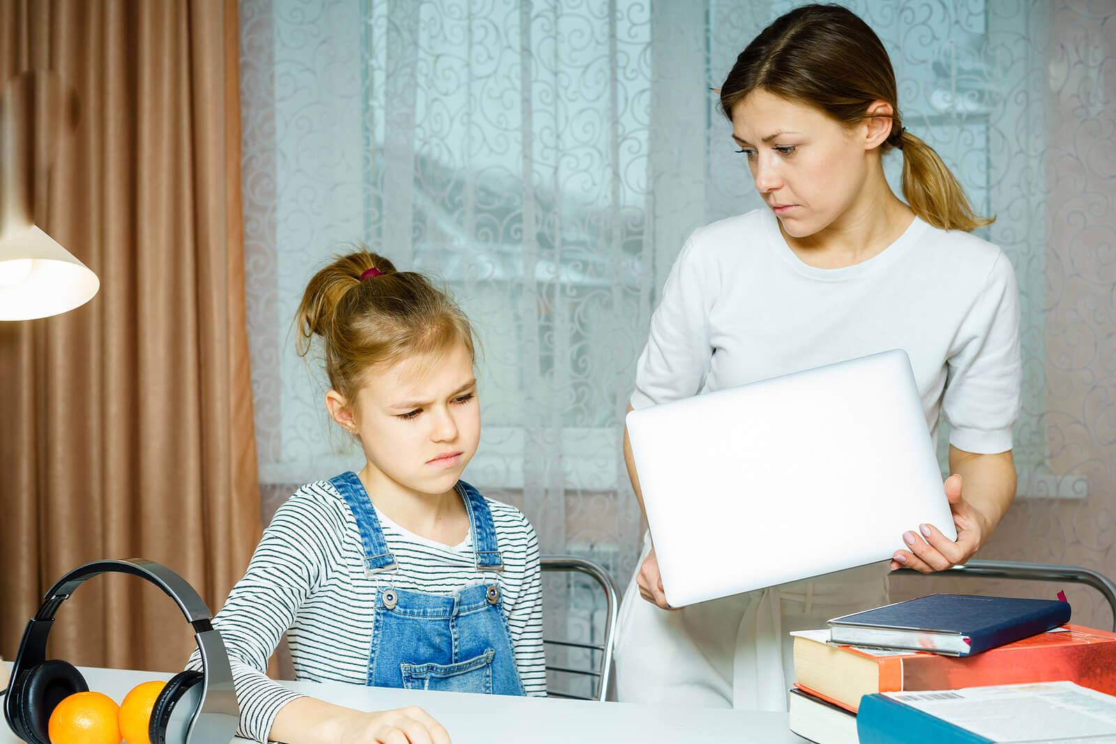 As consequências de ser uma mãe intrusiva