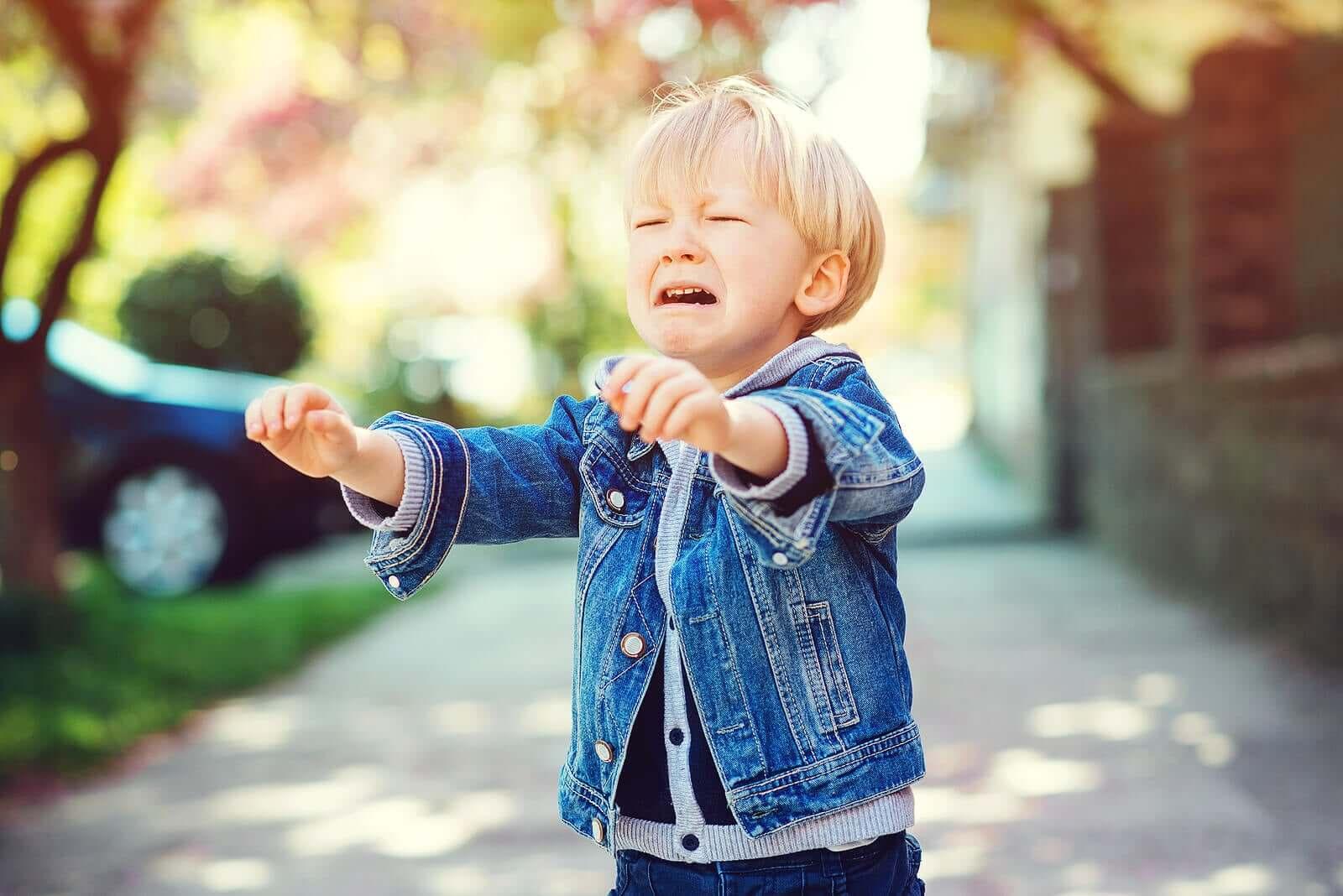 Criança chorando em público.