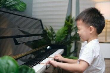 Como o treinamento musical influencia a memória e a atenção das crianças