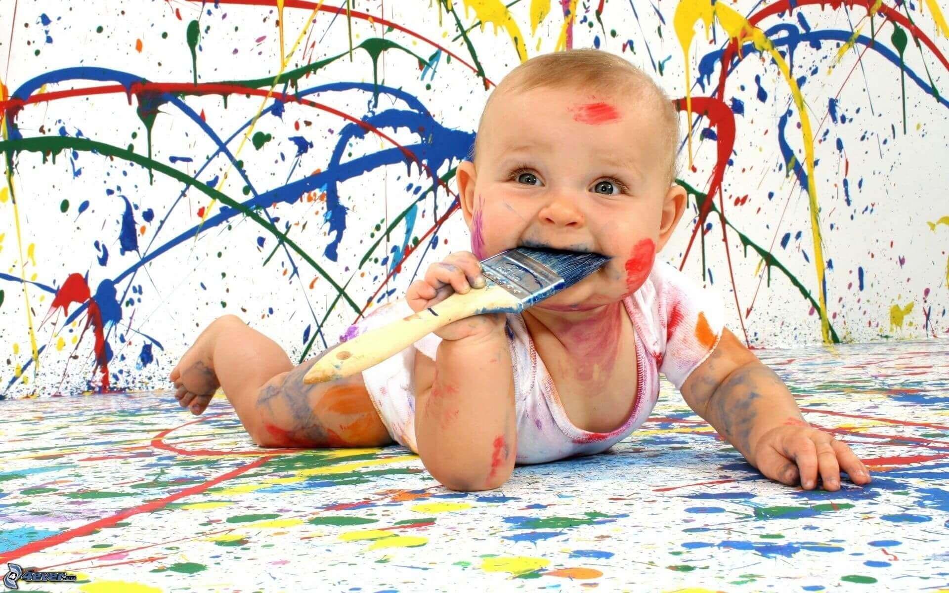 Bebê brincando com tinta.