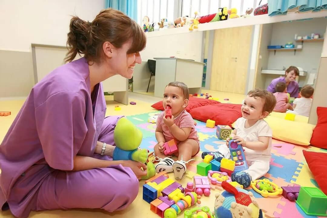 Professora ensinando bebês.