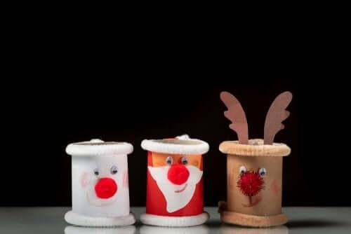Personagens feitos com rolos de papel, um dos enfeites de Natal.