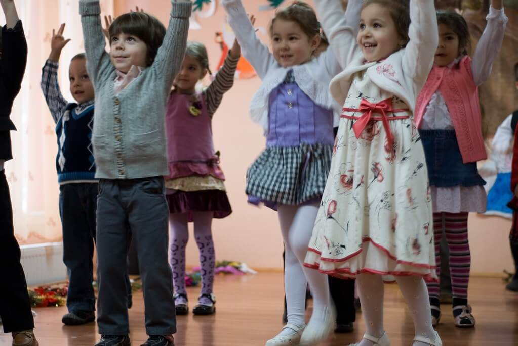 Crianças fazendo atividade em grupo.