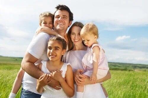 Em muitos países, famílias numerosas são aquelas com três ou mais filhos.
