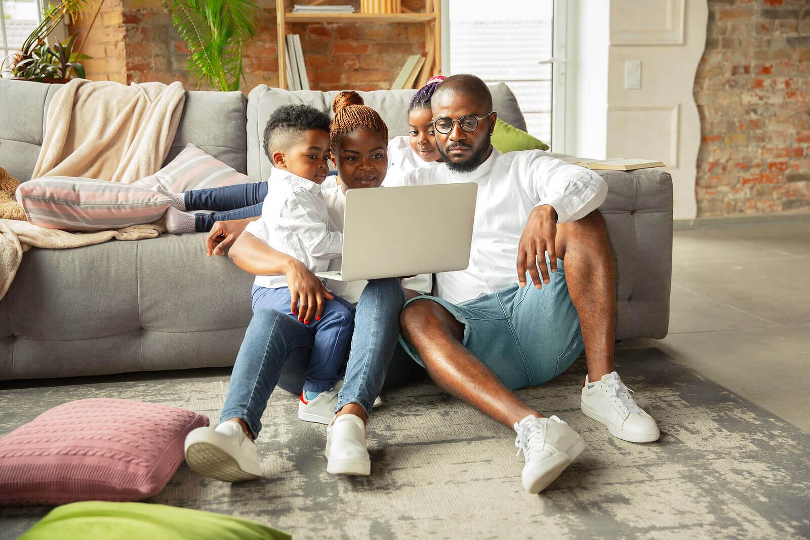 Família criando intimidade emocional com seus filhos.