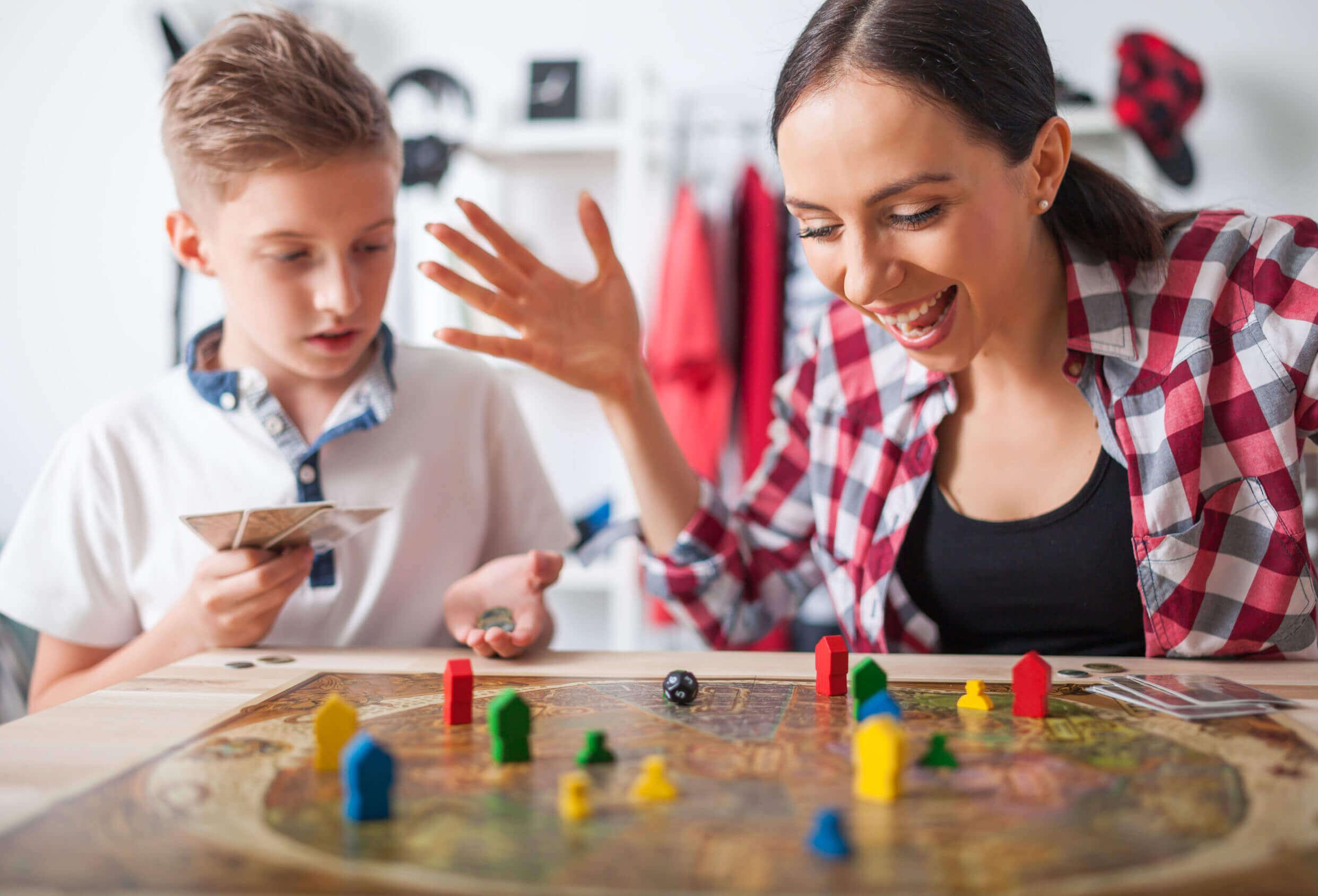Mãe e filho jogando jogos colaborativos.