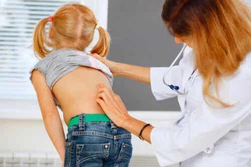 Dor nas costas em crianças: o que fazer (e o que não fazer)