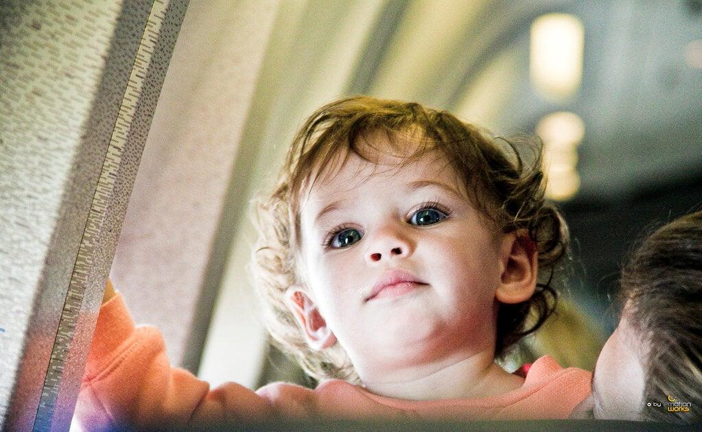 Bebê dentro do avião.