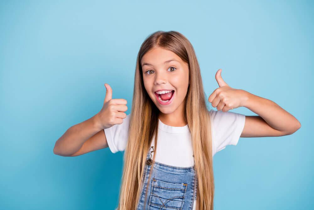 Menina com boa motivação escolar e positivismo.