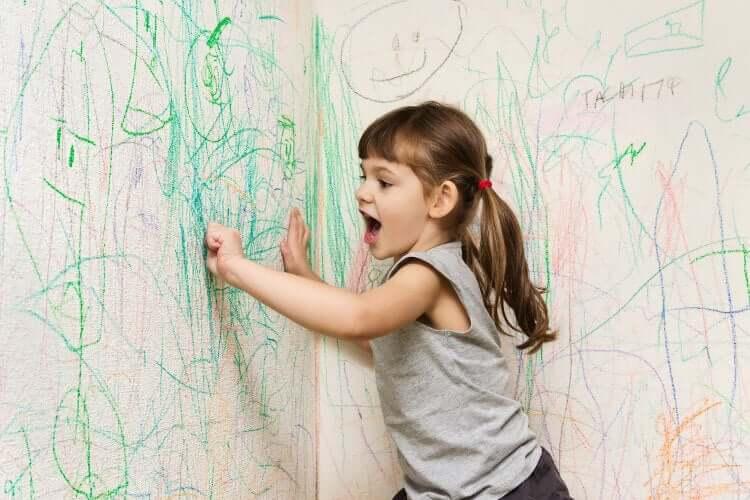 Menina rabiscando paredes.