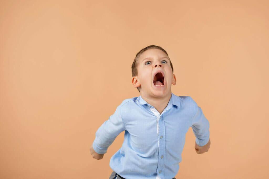 Descubra alguns truques para que o seu filho não grite em público.