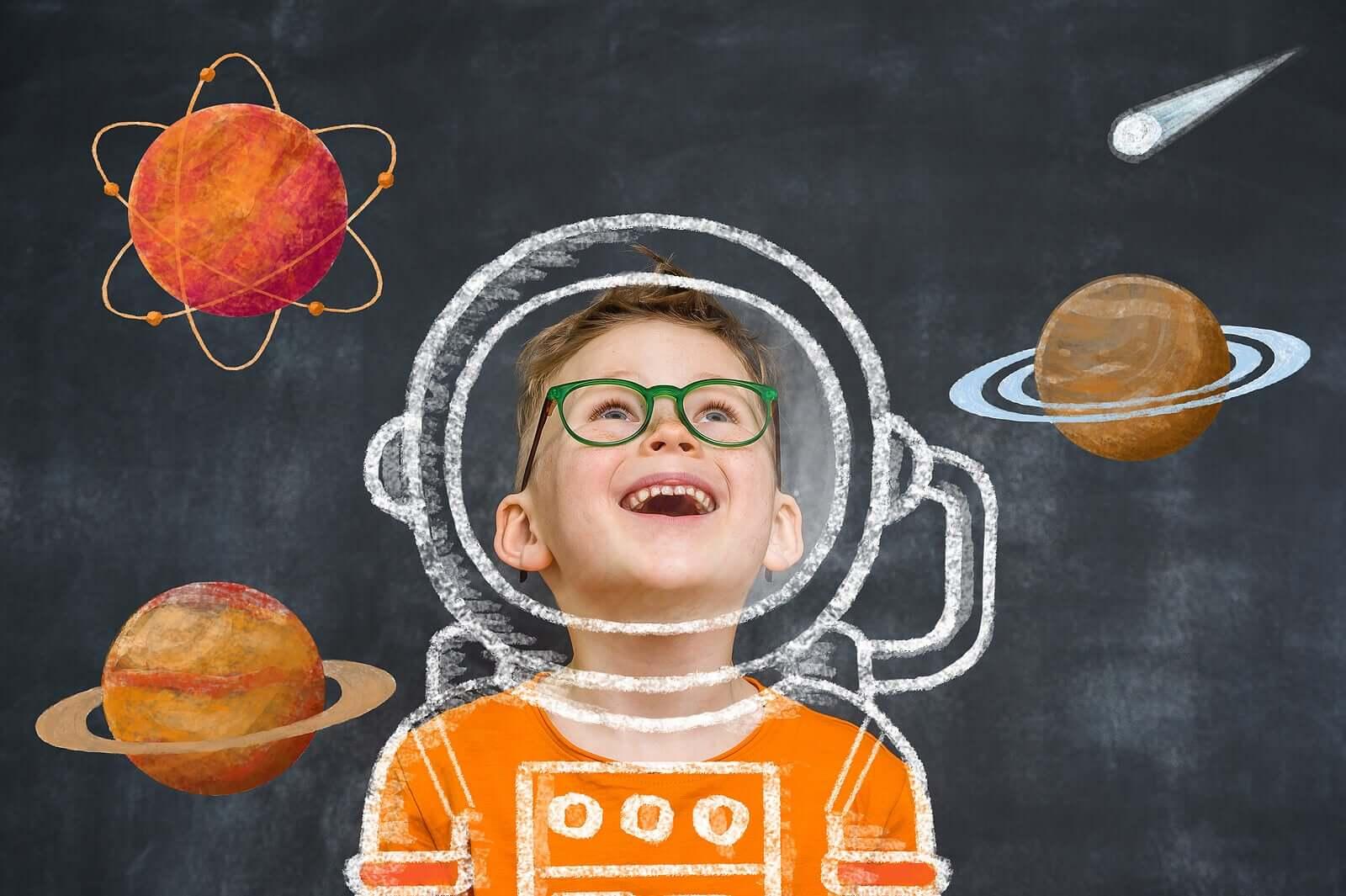Menino na escola motivado a realizar o sonho de ser astronauta.