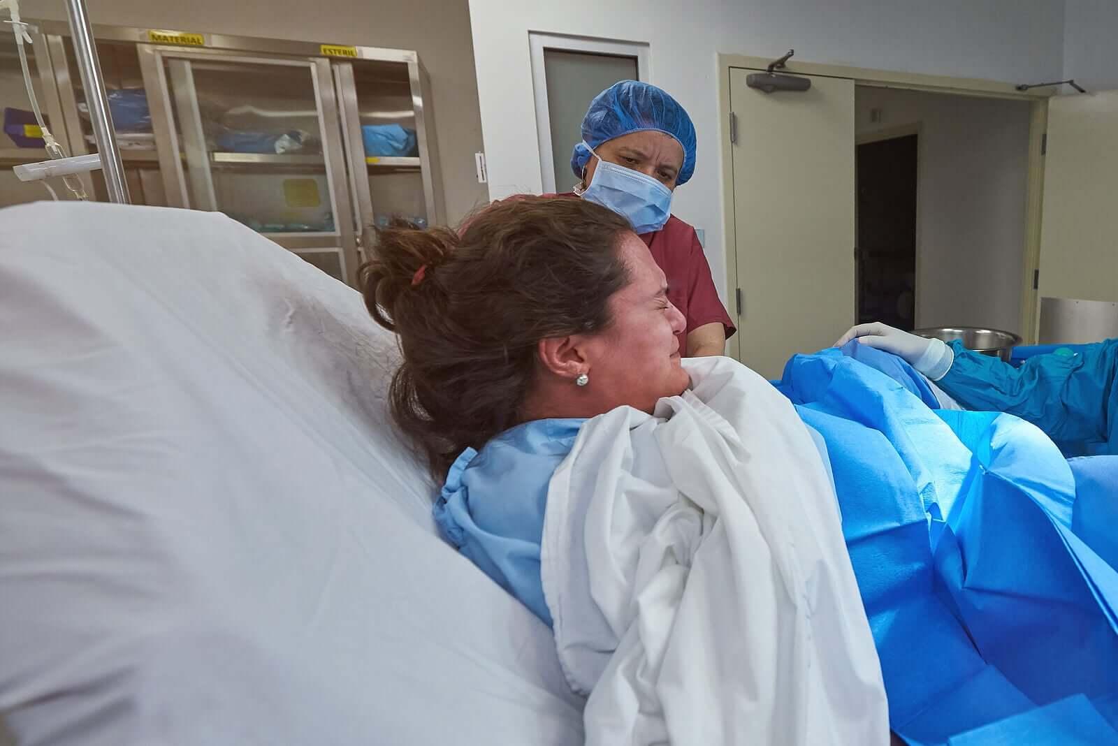 Mulher sofrendo um parto doloroso, uma das coisas da maternidade que não são como dizem.