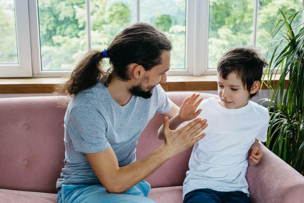 Pai conversando sobre doença com filho.