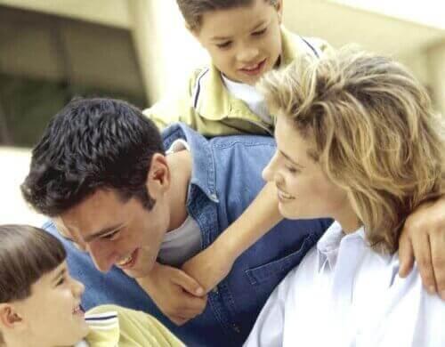 Pais e filhos passando um tempo juntos.