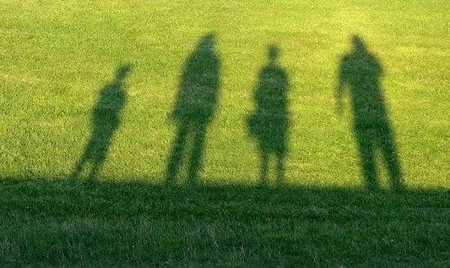 Sombras de crianças na grama.