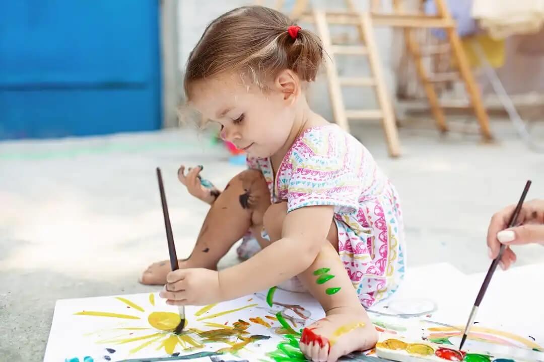 Brincar e se sujar: tintas e pintura.