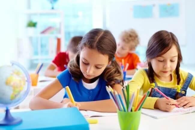 O modelo educacional de aprendizagem comunitária.