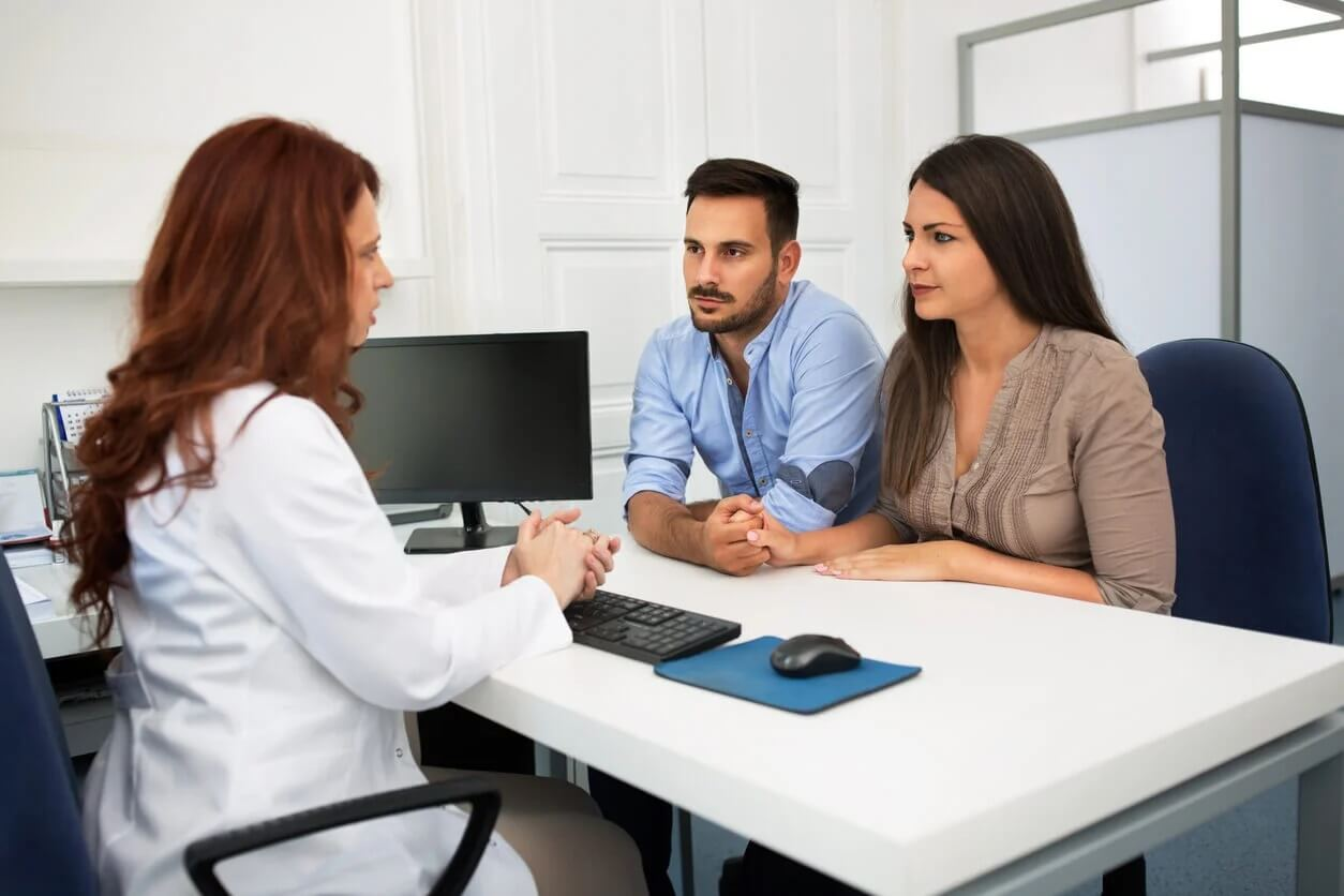 Casal no médico perguntando sobre tratamentos de fertilidade.