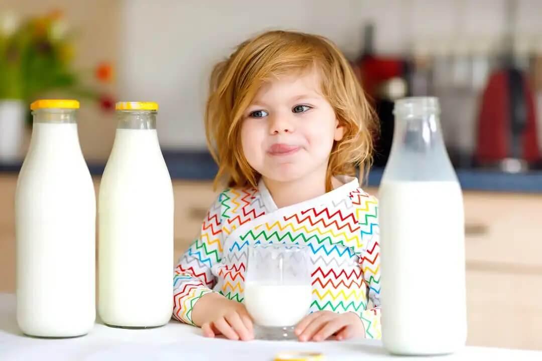 Criança bebendo leite.