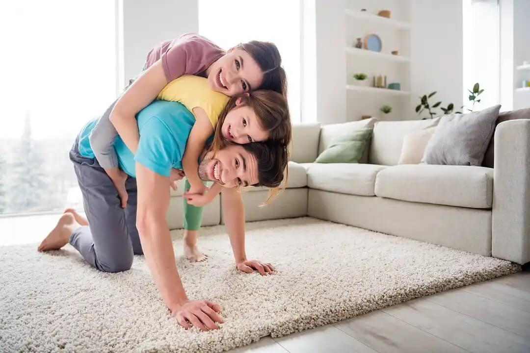 Família na sala aproveitando os benefícios do jogo.