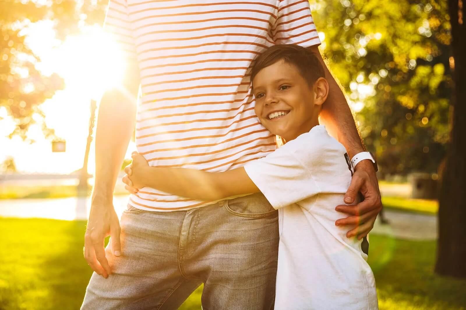 Menino abraçando o pai porque sabe que pode fazer coisas sozinho.
