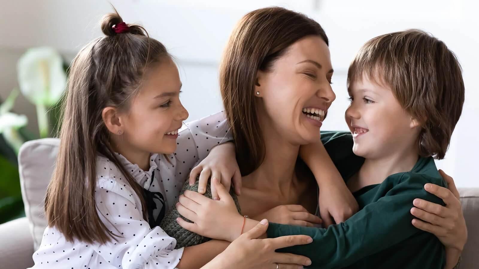 Mãe incentivando a gratidão nas crianças.