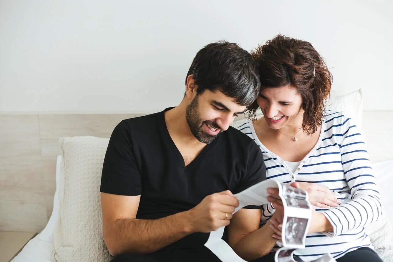 Pais olhando para ultrassom e pensando em nomes de meninas que começam com a letra E.