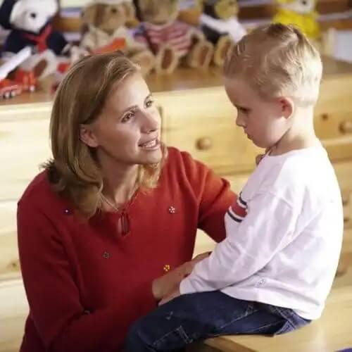 Mãe conversando com o filho sobre as birras.
