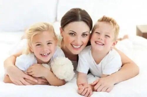 Mãe e filhos gêmeos