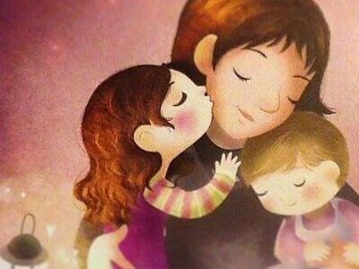 Mãe recebendo carinho dos filhos.