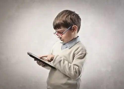 Criança usando tablet para aprender.