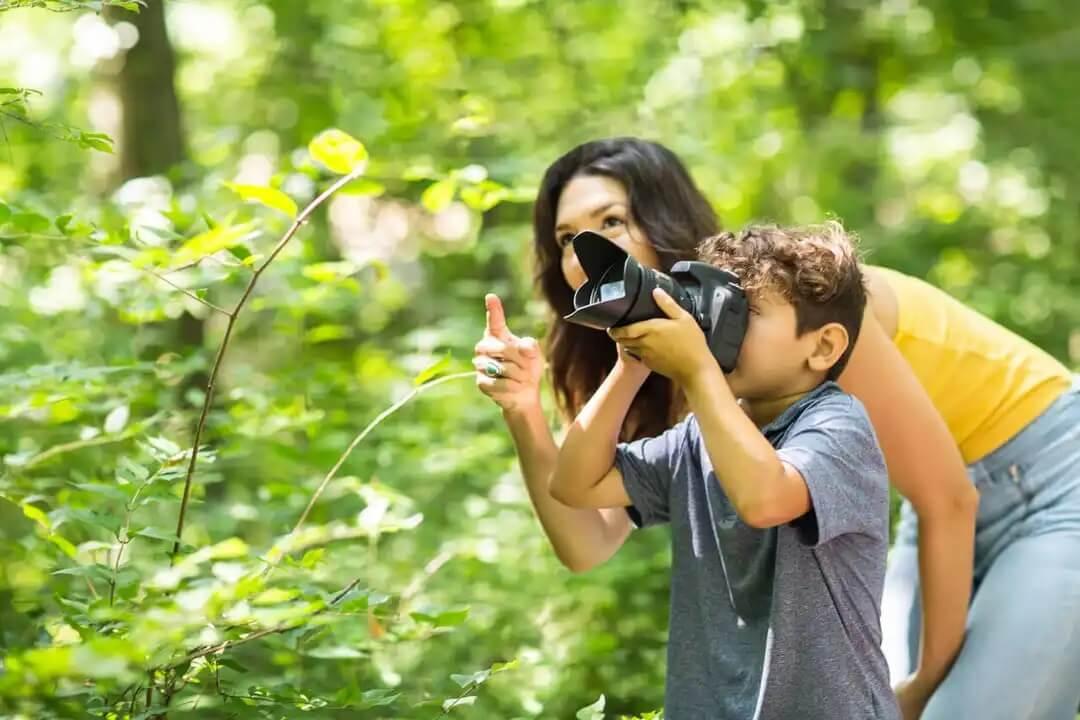 Mãe fazendo fotos artísticas com o filho.