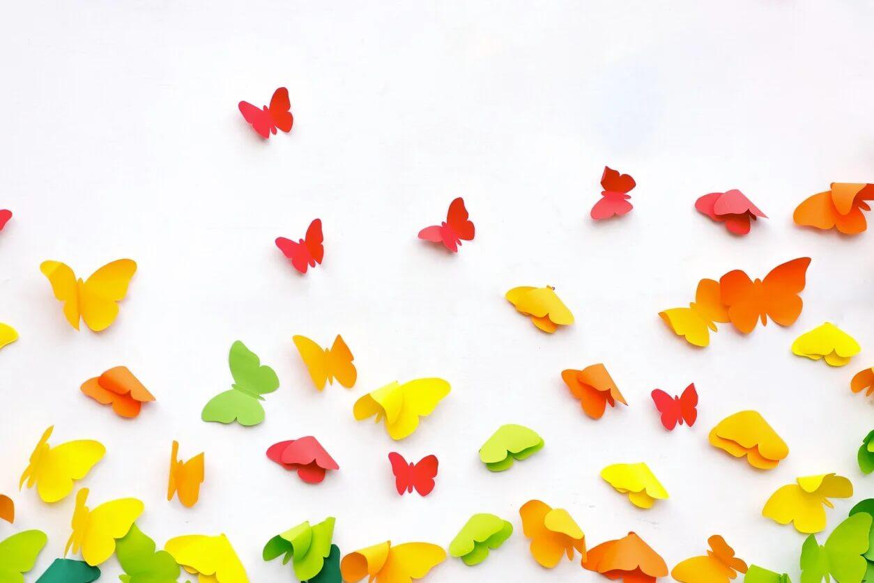 Borboletas coloridas, um dos artesanatos infantis em papel.