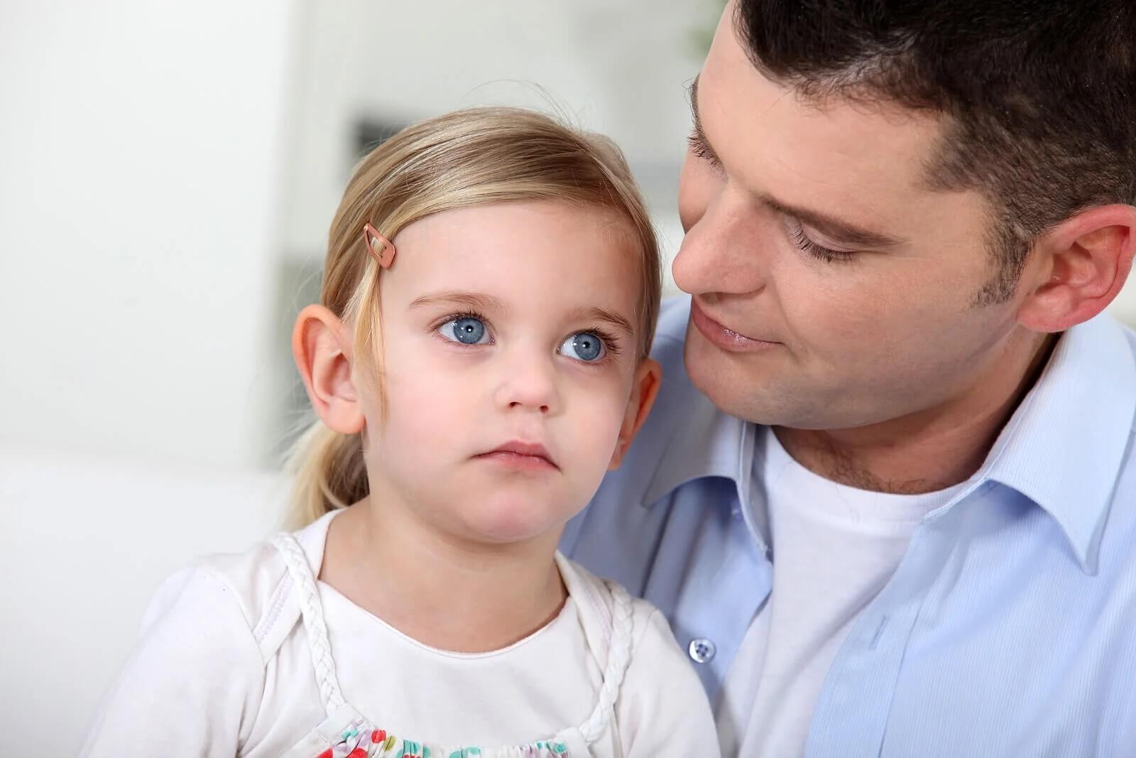 Pai exercendo proteção exagerada com a filha.