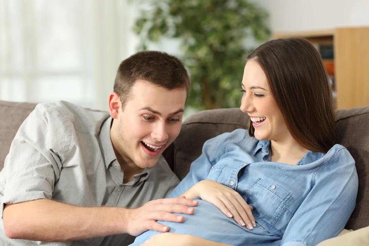 Futuros pais felizes pensando em nomes pouco comuns para seu bebê.