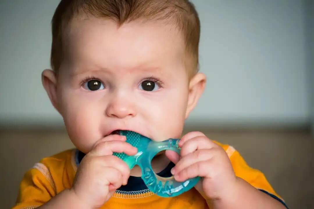 Bebê sem dentes com mordedor.