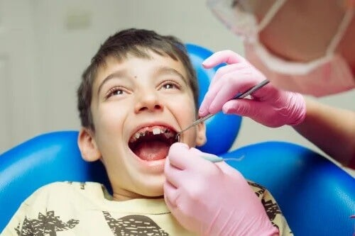 10 maus hábitos para os dentes das crianças
