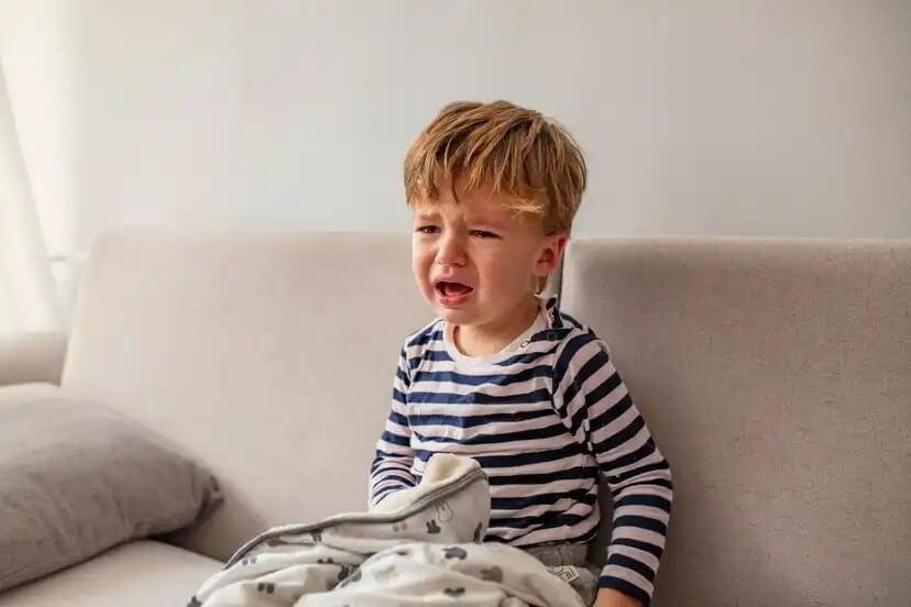 Criança chorando porque tem medo de tudo.